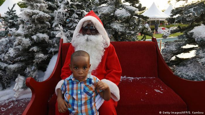 Elfenbeinküste Weihnachtsmann mit Kind vor dem Präsidentenpalast in Abuja (Getty Images/AFP/S. Kambou)