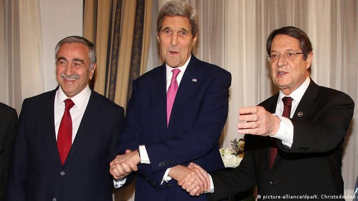 Zypern US Außenminister John Kerry mit Nicos Anastasiades und Mustafa Akinci
