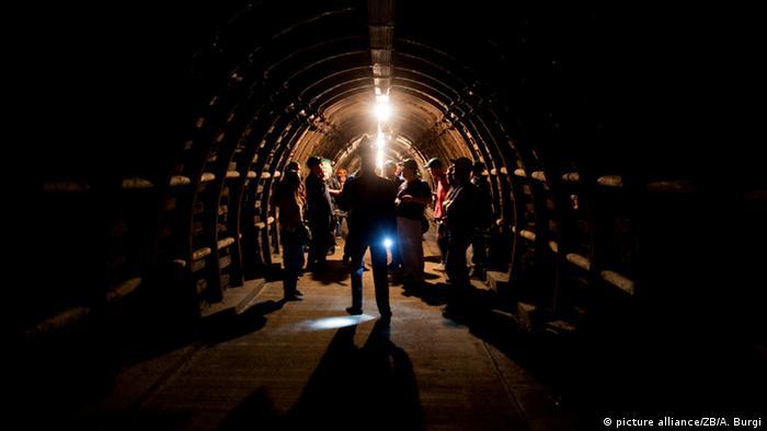 Bergwerk 2 Besuchergruppe in Tunnel