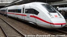 04.12.2015 *** Ein Zug des neuen ICE 4 (Baureihe 412) der Deutschen Bahn steht am 04.12.2015 bei der Präsentation des Zuges im Bahnhof Südkreuz in Berlin. Foto: Bernd von Jutrczenka/dpa Copyright: picture-alliance/dpa/B. von Jutrczenka