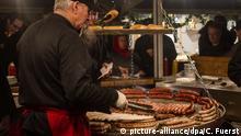 Lichterglanz und der Duft von Punsch zur Weihnachtszeit: Die Weihnachtsmärkte in Hamburg werden mit jedem Jahr größer und oft auch schöner. Für Millionen, die zum Weihnachtsshopping in die Innenstadt kommen, ist der Besuch der zahlreichen Blockhaus-Stände und festlich beleuchteten Märkte auf dem Rathausmarkt, dem Jungfernstieg oder dem Gänsemarkt ein muss. Nicht selten sind die schon Wochen vor Weihnachten geöffneten Märkte überfüllt. Copyright: picture-alliance/dpa/C. Fuerst