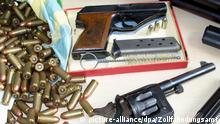 Waffen und Munition liegen beim Zollfahndungsamt in Frankfurt (Foto vom 25.08.2009). Das Waffenarsenal wurde in der Wohnung eines 72-jährigen Waffensammlers aus Fuldatal bei Kasssel gefunden, der zuvor versucht hatte, Gewehre und Pistolen an seinen Zweitwohnsitz nach Griechenland zu schmuggeln. Auf der Waffenbesitzkarte des Mannes waren zwar zahlreiche Waffen eingetragen, daneben wurden allerdings zwei Pistolen, fünf Gewehre und ein Gewehrlauf sowie 2500 Schuss Munition gefunden, für die keine Genehmigungen vorlagen. Foto: Zoll dpa/lhe (zu lhe 7135 vom 27.08.2009) +++(c) dpa - Bildfunk+++ Copyright: picture-alliance/dpa/Zollfahndungsamt