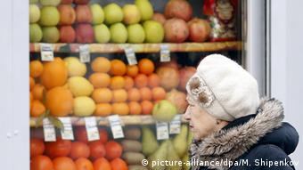woman in front of fruit stand Copyright: picture-alliance/dpa/M. Shipenkov