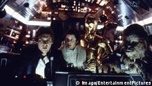 Bildnummer: 55208693 Datum: 23.11.1977 Copyright: imago/EntertainmentPictures 1977 - Star Wars - Movie Set Nov 23, 1977; Hollywood, CA, USA; Image from George Lucas s action adventure Star Wars starring ANTHONY DANIELS as C-3PO, MARK HAMILL as Luke Skywalker, and ALEC GUINNESS as Ben Obi-Wan Kenobi. !ACHTUNG NUTZUNG NUR BEI FILMTITEL-NENNUNG! PUBLICATIONxINxGERxONLY People Entertainment Film kbdig 1977 quer Bildnummer 55208693 Date 23 11 1977 Copyright Imago EntertainmentPictures 1977 Star Wars Movie Set Nov 23 1977 Hollywood Approx USA Image from George Lucas S Action Adventure Star Wars Star ring Anthony Daniels As C 3PO Mark Hamill As Luke Skywalker and Alec Guinness As Ben OBI Wan Kenobi Regard Use only at FILMTITEL ANSWER PUBLICATIONxINxGERxONLY Celebrities Entertainment Film Kbdig 1977 horizontal