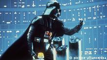 David Prowse als Darth Vader, die Inkarnation des Bösen, in einer Szene des Science Fiction-Films Star Wars - Die Rückkehr der Jedi-Ritter von George Lucas. Der dritte Teil der Krieg der Sterne-Trilogie startet am 9.12.1983 in den deutschen Kinos.