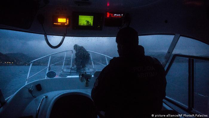 Mitglieder von Frontex auf einem Schiff vor der Insel Lesbos Griechenland