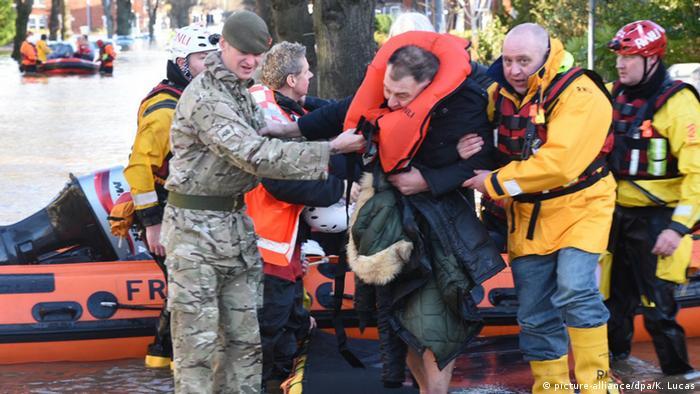 Equipos de rescate ayudan a los afectados en Carlisle, en el noroeste de Inglaterra.