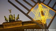 BdT mit Deutschlandbezug: dpatopbilder Ein Chanukka-Leuchter steht am 06.12.2015 auf dem Pariser Platz am Brandenburger Tor in Berlin. Am Abend soll die erste Kerze an dem zehn Meter hohen Chanukkaleuchter angezündet werden. Foto: Jörg Carstensen/dpa +++(c) dpa - Bildfunk+++Copyright: picture-alliance/dpa/J. Carstensen