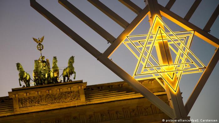 Ханука 10-метровую Ханукию установили перед Бранденбургскими воротами в декабре 2015 года. Согласно традициям иудаизма, свечи этого светильника зажигают в течение восьми дней праздника Хануки. В церемонии участвовала уполномоченная правительства ФРГ по вопросам культуры и СМИ Моника Грюттерс. В настоящий момент в немецкой столице проживает около 12 тысяч евреев.