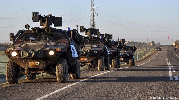 Türkische Armee-Transporter nah der Grenze zu Syrien (picture-alliance/dpa)