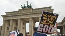 Title: Bangladeshi expats protest against blogger killings in Bangladesh Description: Bangladesh expats living in Berlin formed a human chain in front of the Brandenburg Gate on 06.12.2015 as a protest against the killing of bloggers in the country. They have demanded immediate actions from the Bangladeshi authorities to stop the attacks on bloggers and free thinkers. Keywords: blogger killings, blogger, protest, human chain Bangladesh, free speech, Brandenburg Gate, Berlin, Date: 06.12.2015 Copyright: DW/A. Islam