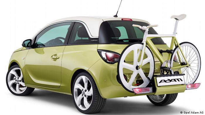 Verschlüsse von PET- Flaschen bilden Grundlage für ein Granulat, aus dem u.a. Stoßfänger-Befestigungen und Scheinwerfergehäuse für den Opel-Adam entstehen. Jährlich verbaut Opel 45.000 Tonnen an Rezyklaten in Neuwagen.