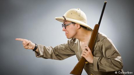 Mann mit Spielzeuggewehr (Colourbox)