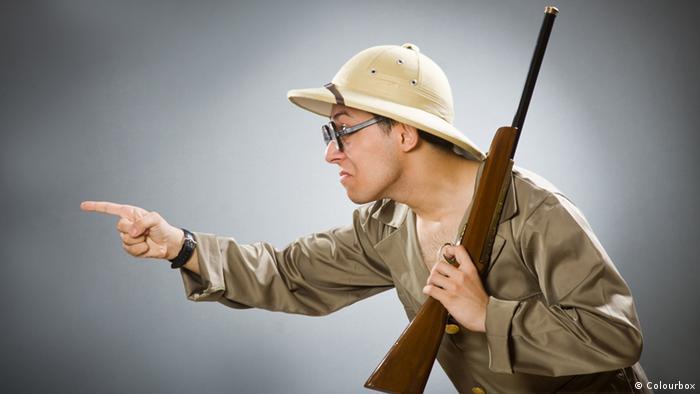 Mann mit Spielzeuggewehr