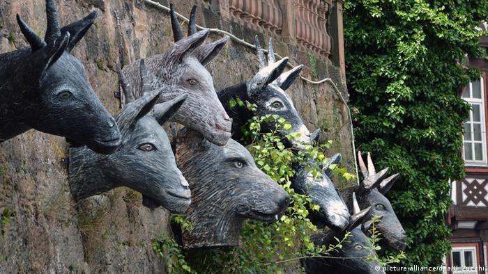 As cabeças no muro representam O lobo e os sete cabritinhos da fábula dos Grimm