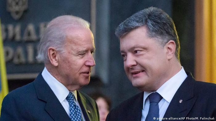 Вице-президент США Джо Байден и президент Украины Петр Порошенко в Киеве в декабре 2015 года