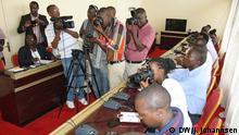 Titel: : Burundische Journalisten auf einer Pressekonferenz: Pressekonferenz des Nationalen Dialogs Bild: DW/J. Johannsen 03.12.15 in Bujumbura