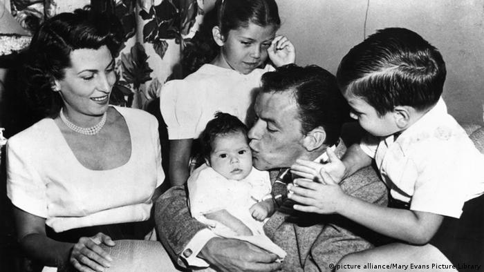 Frank Sinatra US Sänger und Schauspieler mit Nancy Barbato und Familie