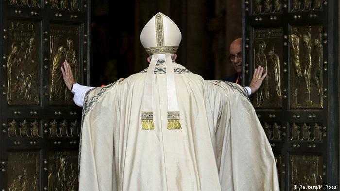 Vatikan Heiliges Jahr Papst Franziskus öffnet die Heilige Pforte (Reuters/M. Rossi)