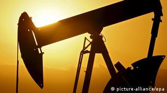 Нефтекачалка на фоне заходящего солнца
