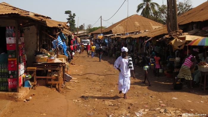 Guinea-Bissau Straßenmarkt Frauen (DW/B. Darame)