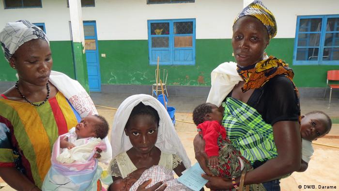 Madres con sus hijos en Guinea Bissau.