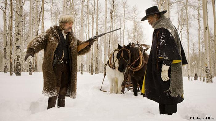 Filmstill aus The Hateful 8 von Regisseur Quentin Tarantino mit zwei Westernhelden in einer Schneeszene (Universal Film)