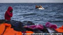 LESBOS ISLAND, GREECE - NOVEMBER 30: Refugees hoping to cross into Europe, arrive on the shore of Lesbos Island, Greece after crossing the Aegean sea from Turkey on November 30, 2015. Ozge Elif Kizil / Anadolu Agency Keine Weitergabe an Drittverwerter.