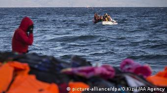 Flüchtlinge Boot Meer Griechenland Türkei Ägäis (picture-alliance/dpa/O.Kizil /AA Agency)