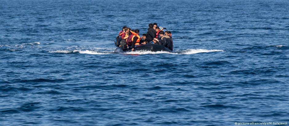 Refugiados arriscam a vida no Mar Egeu, em embarcações precárias