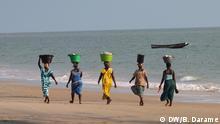Titel: Galerie Frauen in Guinea-Bissau Schlagworte: Afrika, Westafrika, Guinea-Bissau, Frauen, Strand, Meer, Atlantischer Ozean, Atlantik, Sandstrand Ort: Valera, Cacheu, Guinea-Bissau Fotograf: Braima Darame (DW) Datum: 2013 Beschreibung: Frauen am Strand von Valera in der Region Cacheu im Norden von Guinea-Bissau. Sie transportieren Waren auf dem Kopf.