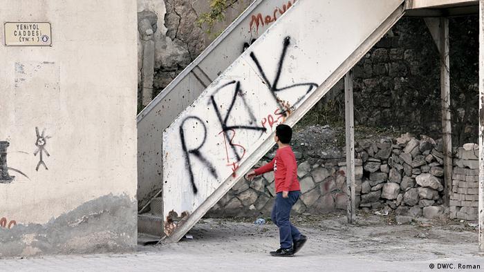 Kind vor Graffiti der verbotenen PKK in Mardin, Türkei (Foto: Christian Roman)
