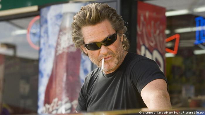 Filmstill aus Death Proof von Regisseur Quentin Tarantino mit Kurt Russell mit Sonnenbrille und Zigarette (picture alliance/Mary Evans Picture Library)