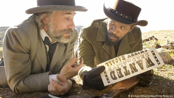 Filmstill aus Django Unchained von Regisseur Quentin Tarantino mit Christoph Waltz und Jamie Foxx in Western-Szene (picture-alliance/dpa/Sony Pictures)