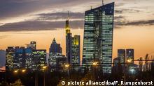 Bildergalerie Frankfurt bei Nacht ARCHIV - Der Neubau der Europäischen Zentralbank (EZB) scheint am 21.10.2014 in Frankfurt am Main (Hessen) die Skyline der Stadt beim Blick aus Offenbach zu überragen. Foto: Frank Rumpenhorst/dpa (zu dpa Europäische Zentralbank erhöht Strafzins für Bankeinlagen vom 03.12.2015) +++(c) dpa - Bildfunk+++ Copyright: picture alliance/dpa/F. Rumpenhorst