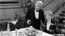 Freddie Frinton als Butler James und May Warden als Miss Sophie in dem Sketch Dinner for One oder Der 90. Geburtstag als Fernsehproduktion des NDR in Hamburg am 8. März 1963, Deutschland 1960er Jahre.