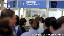 Ein Schild mit der Aufschrift Paßkontrolle ist am Sonntag (20.05.2012) am Flughafen München (Oberbayern) zu sehen. Foto: Marc Müller dpa/lby +++ (C) picture-alliance/dpa/M. Müller