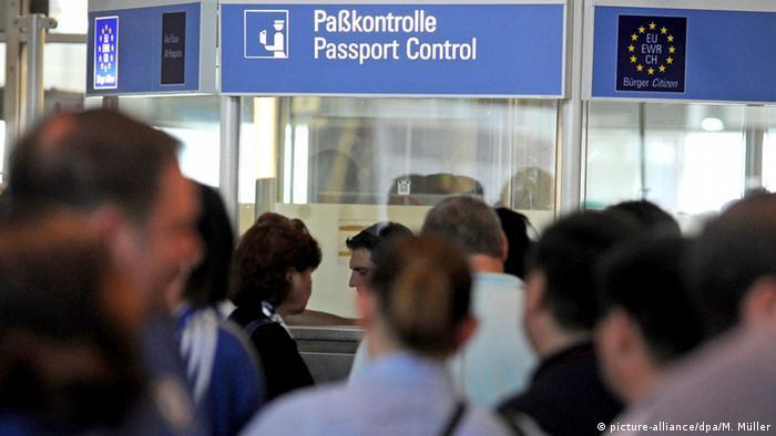 Deutschland Paßkontrolle am Flughafen