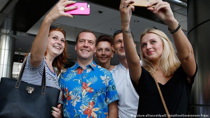 Дмитрий Медведев фотографируется с девушками