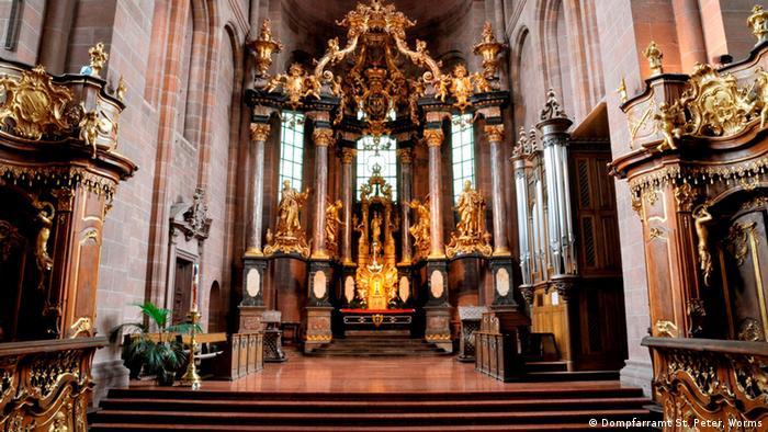 در آلمان به کلیسای جامع و کلیسایی که دارای اهمیت ویژهای باشد Dom گفته میشود. کلیسای سنت پتر در شهر وُرمس واقع در ایالت راینلند فالتس در سال ۲۰۱۸ هزار ساله شد. اما این کلیسا، تنها کلیسای هزار ساله آلمان نیست و کلیساهای قدیمیتری نیز وجود دارند.