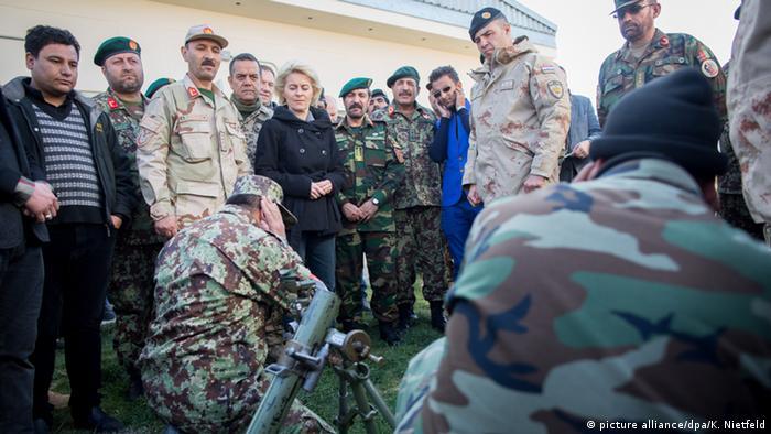 Ursula von der Leyen mit Bundeswehr-Soldaten in Afghanistan (Foto: dpa)