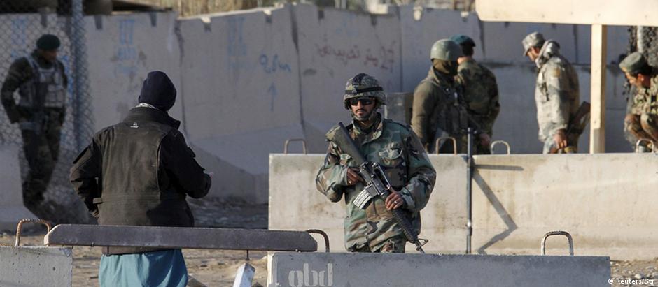 Forças de segurança controlam entrada de aeroporto em Kandahar