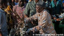 Magufuli packt mit an: Statt Feiern zum Unabhängigkeitstag Ende 2015 gab es eine große Aufräum-Aktion in den Straßen
