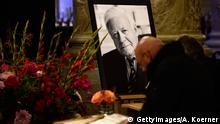 11.11.2015 Bildunterschrift:HAMBURG, GERMANY - NOVEMBER 11: Mourners write inside a book of condolence at Hamburgs townhall following the death of former German Chancellor Helmut Schmidt the day before on November 11, 2015 in Hamburg, Germany. Schmidt, a German Social Democrat (SPD), led West Germany as chancellor from 1974 until 1982. He died in Hamburg at the age of 96. (Photo by Alexander Koerner/Getty Images) Copyright: GettyImages/A. Koerner