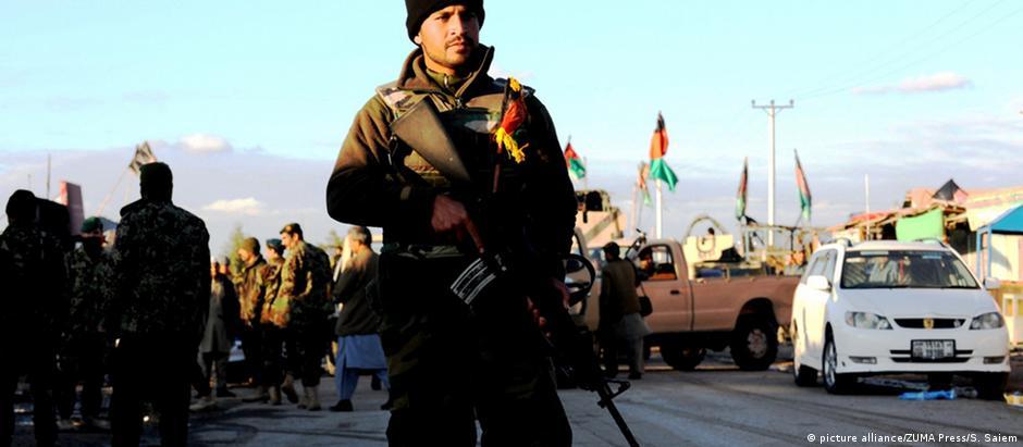 Forças de segurança combatem Talibã por 27 horas em aeroporto de Kandahar