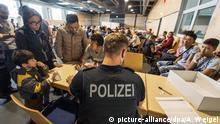 14.07.2015 ARCHIV - Ein Beamter der Bundespolizei nimmt am 14.07.2015 im Notquartier der Bundespolizeiinspektion in Passau (Bayern) Namen von Flüchtlingen auf. Die Zahl illegaler Einreisen nach Deutschland steigt rasant und stellt die Bundespolizei vor wachsende Probleme. Foto: Armin Weigel/dpa +++(c) dpa - Bildfunk+++ Copyright: picture-alliance/dpa/A. Weigel