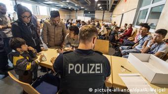 Первичная регистрация беженцев на границе с Австрией