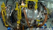ARCHIV 2008 ****Mitarbeiter des Greifswalder Max-Planck-Instituts montieren am 28.02.2008 zwei Halbmodule des Plasmagefäßes für das Kernfusionsexperiment Wendelstein 7-X. Ziel des Fusions-Forschungsvorhabens ist es nach Angaben des Instituts - ähnlich wie bei der Sonne - aus der Verschmelzung von Atomkernen Energie zu gewinnen. Noch rund sechs Jahre wird der Aufbau der komplexen Anlage dauern. Mit dem Projekt Wendelstein 7-X, der nach der Fertigstellung weltweit größten Fusionsanlage vom Typ Stellarator, soll von 2014 an die Kraftwerkstauglichkeit dieses Bautyps untersucht werden. Foto: Stefan Sauer dpa/lmv +++(c) dpa - Bildfunk+++ Copyright: picture-alliance/dpa/S. Sauer
