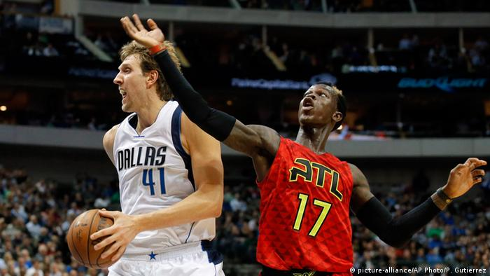 USA NBA Duell Nowitzki vs Schröder (picture-alliance/AP Photo/P. Gutierrez)