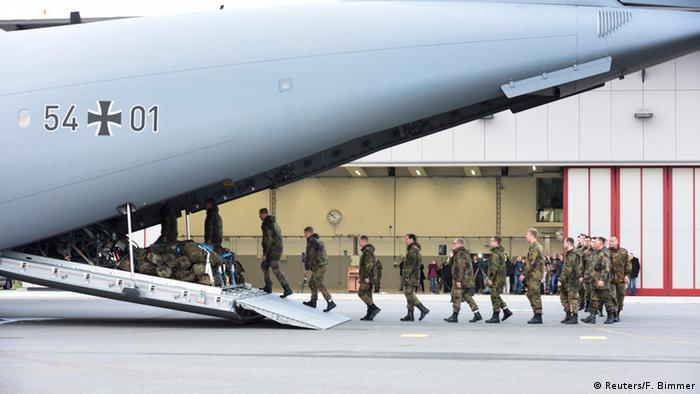 Deutsche Soldaten besteigen einen Militärtransporter, um in den Auslandseinsatz zu fliegen, Foto: Reuters